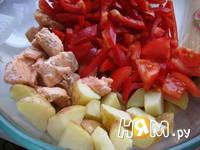Приготовление салата с семгой и жареным картофелем: шаг 3