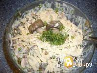 Приготовление салата с грибами и крабовыми палочками: шаг 5