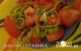 Салат из помидоров с луком-пореем