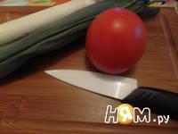 Приготовление салата из помидоров с луком-пореем: шаг 1