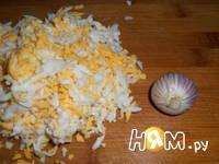 Приготовление салата с яйцом, сыром и кукурузой: шаг 2