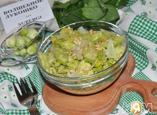 Салат из брюссельской капусты с сельдереем и песто
