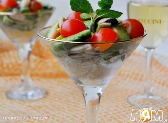 Рецепт Салат из морепродуктов с кускусом и авокадо