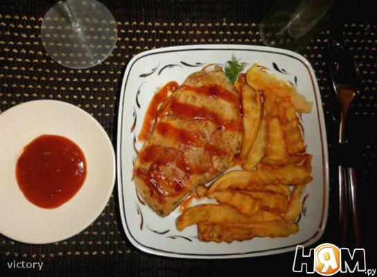 Стейк гриль с картофелем и соусом Barbecue