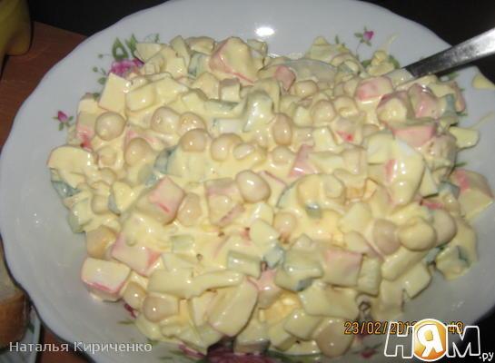 Обычный салат с крабовыми палочками
