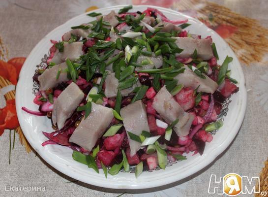 Салат с сельдью и тремя видами лука