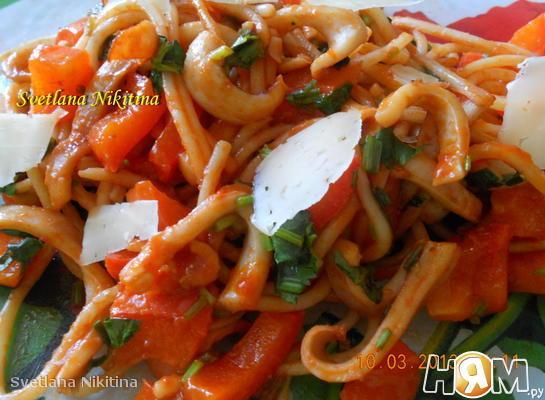 Теплый салат с кальмарами и перцем