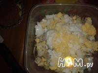 Приготовление салата из трески с яйцом: шаг 4