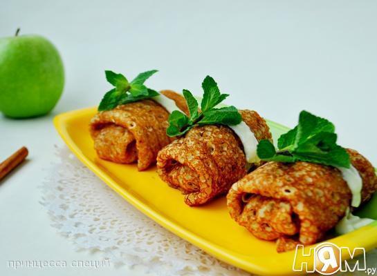 Блинчики с яблоками в ванильном соусе