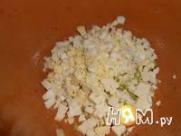 Приготовление рыбного салата в тарталетках: шаг 3