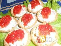 Приготовление рыбного салата в тарталетках: шаг 6