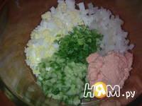 Приготовление салата с кальмаром и икрой мойвы: шаг 2