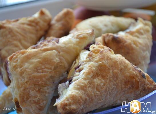 Слоеные пирожки с черникой и ванильным сахаром