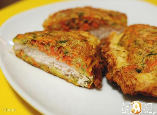 Куриные грудки в панировке из моркови и зелени