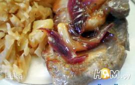 Свинина в яблочном соке с карамелизированым луком