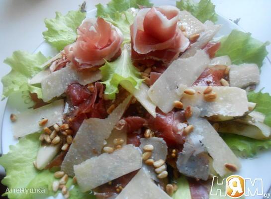 Итальянский салат с прошутто,грушей и пармезаном