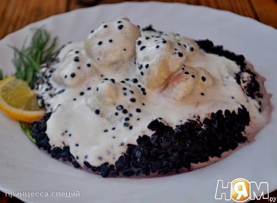 Рыбные клёцки с чёным рисом и икорным соусом