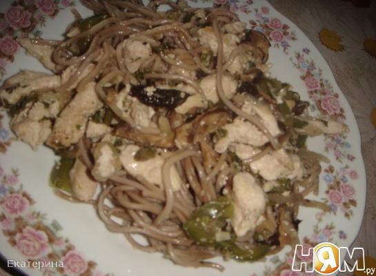 Курица с овощами и гречневой лапшой