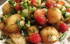 Молодой картофель с клубничной сальсой