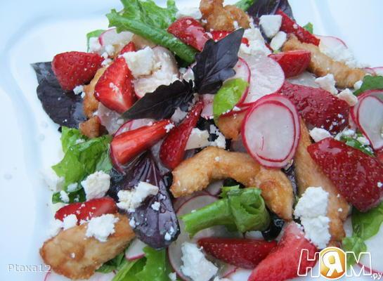 Салат с клубникой, курицей и творогом