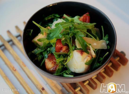 Салат с гребешками и рукколой