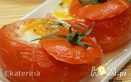 Яичница в помидорах с колбасой и сыром