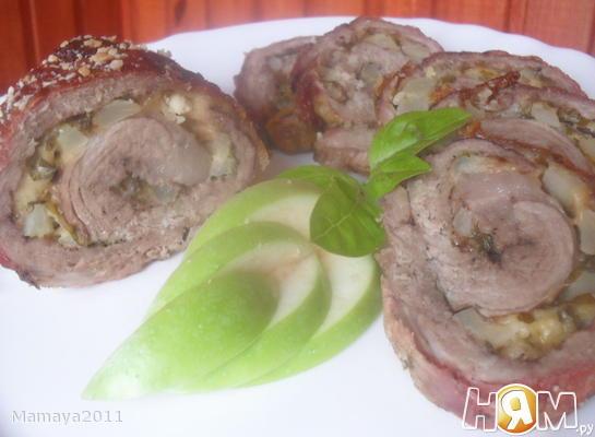 Рулет из свинины с яблоком и сыром
