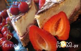 Творожный пирог с черешней и клубникой