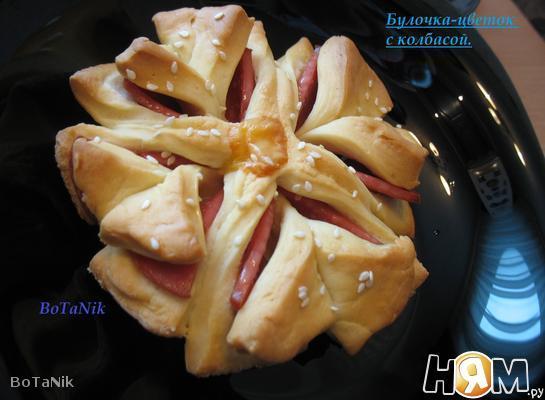Рецепт Булочка-цветок с колбасой