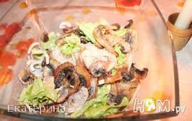 Шампиньоны с рисовой лапшой и салатом